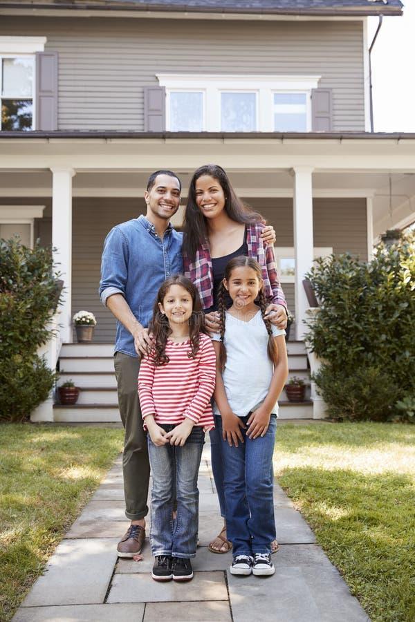 Portrait de famille de sourire se tenant en Front Of Their Home photo libre de droits