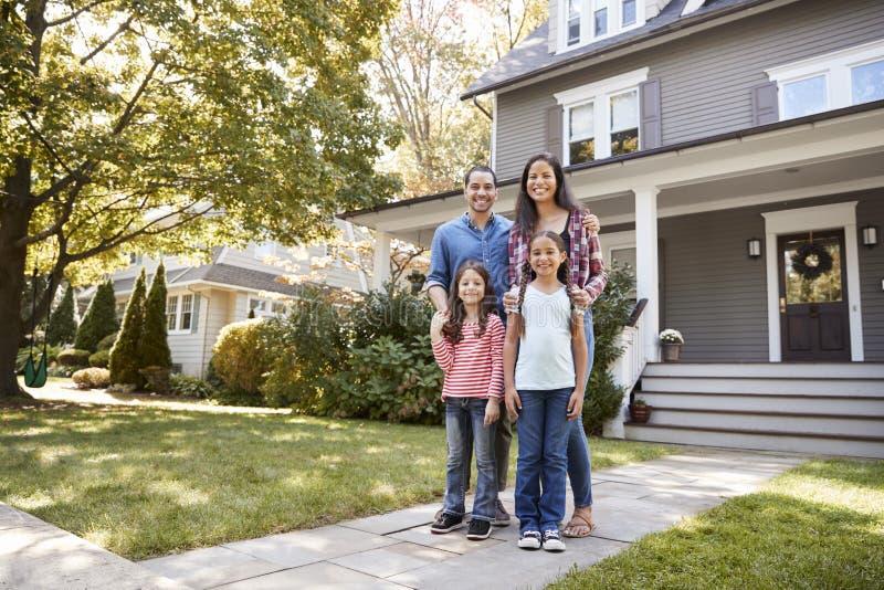 Portrait de famille de sourire se tenant en Front Of Their Home images stock