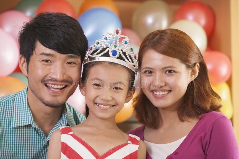Portrait de famille sur l'anniversaire de la fille photos libres de droits