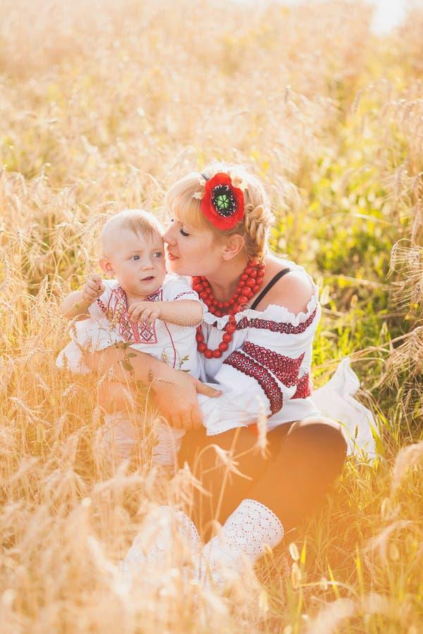 Portrait de famille ukrainienne ethnique image stock