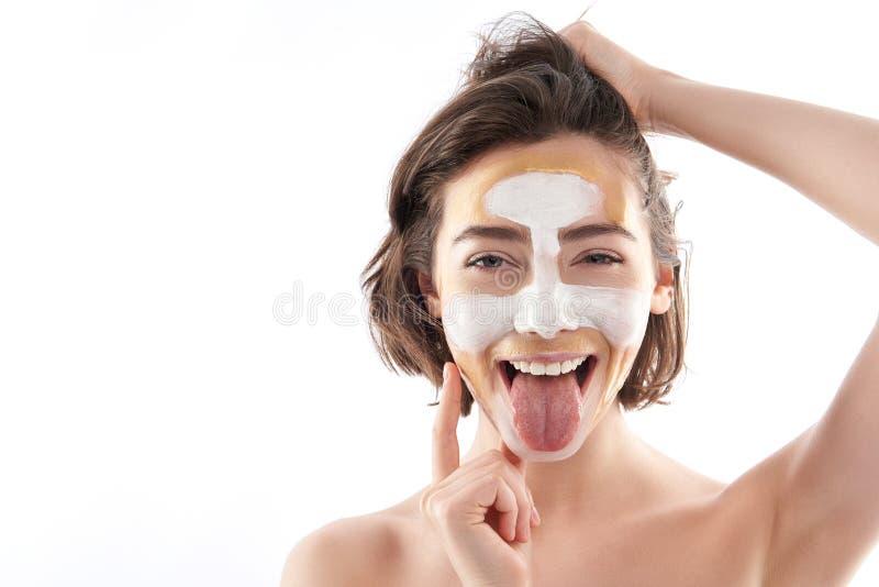 Portrait de femelle drôle heureuse avec le masque protecteur images libres de droits