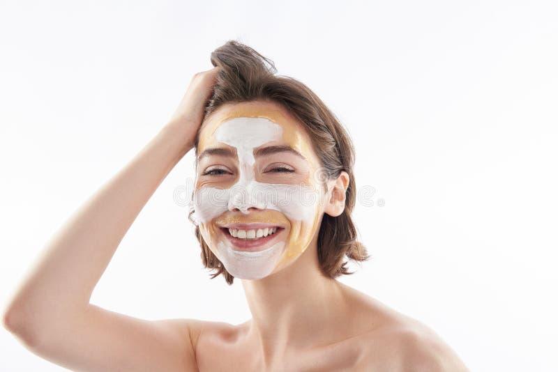Portrait de femelle de sourire heureuse avec le masque protecteur image libre de droits