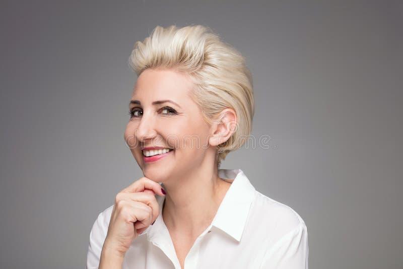 Portrait de femme âgée par milieu blond élégant photographie stock