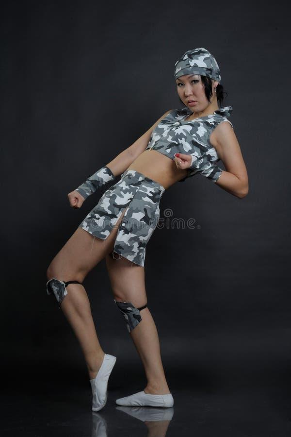 Portrait de femme élégante dans des vêtements militaires image stock