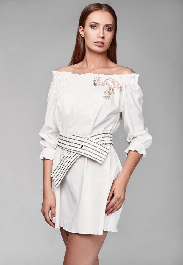 Portrait de femme élégante de charme de mode dans la jupe blanche photo libre de droits