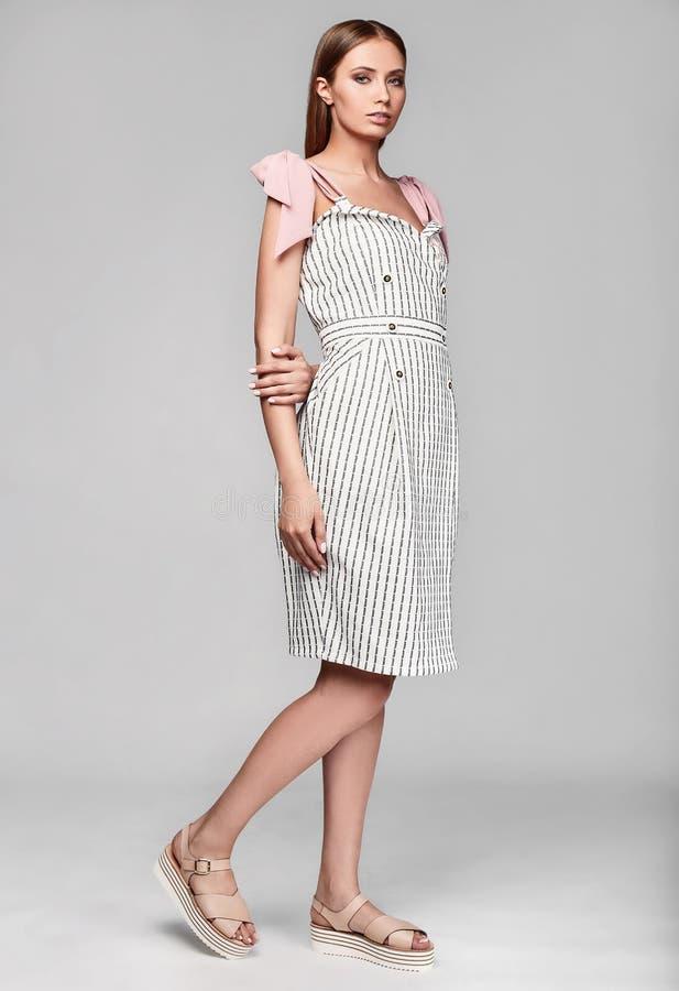 Portrait de femme élégante de charme de mode dans la jupe blanche photographie stock