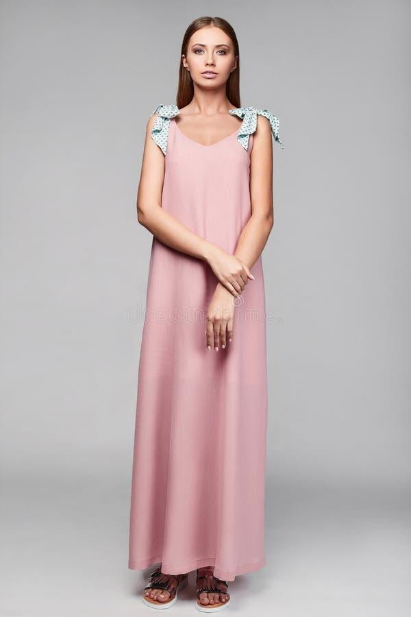 Portrait de femme élégante de charme de mode dans la jupe colorée images stock