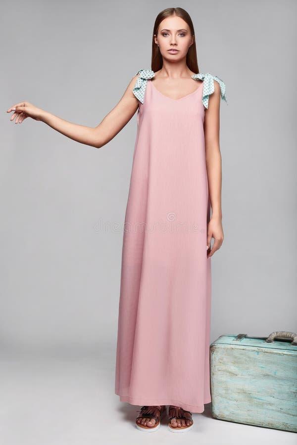 Portrait de femme élégante de charme de mode dans la jupe colorée photo stock
