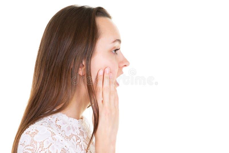 Portrait de femme étonnée effrayée par profil sur l'espace avant blanc de copie de fond de côté photographie stock