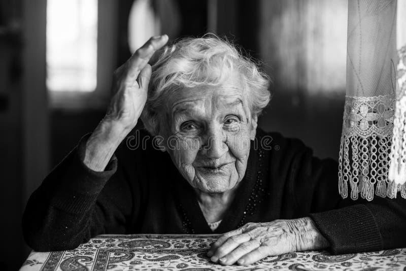 Portrait de femme agée émotive dans sa maison image libre de droits
