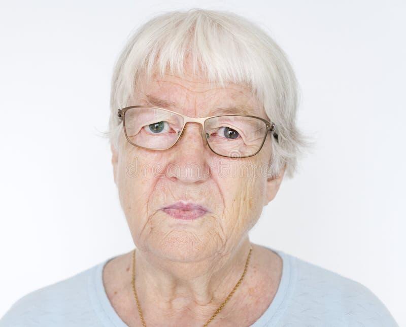 Portrait de femme agée blanche sérieuse image stock
