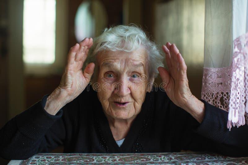 Portrait de femme agée dans sa maison images libres de droits