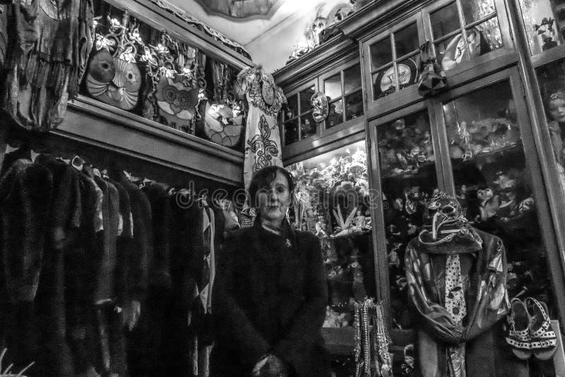 Portrait de femme agée mignonne à sa boutique romantique avec de rétros vêtements image stock