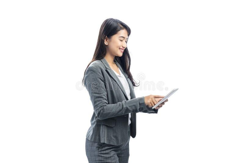 Portrait de femme asiatique d'affaires utilisant le comprimé numérique photographie stock