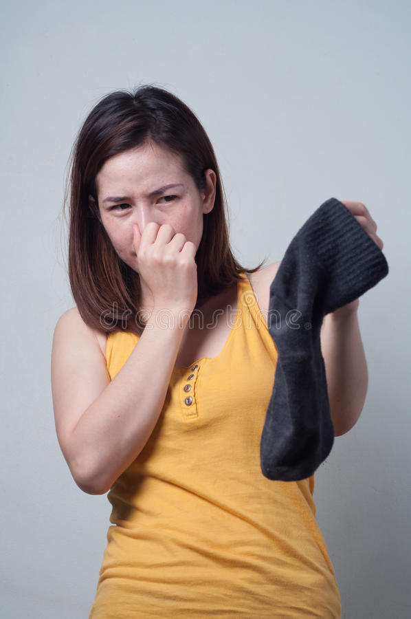 Portrait de femme asiatique dans une faute sentante de chaussettes de robe jaune photographie stock