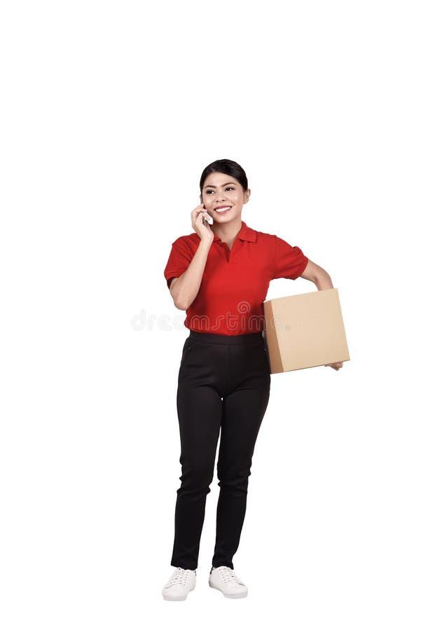 Portrait de femme asiatique de messager avec le téléphone et le paquet image stock