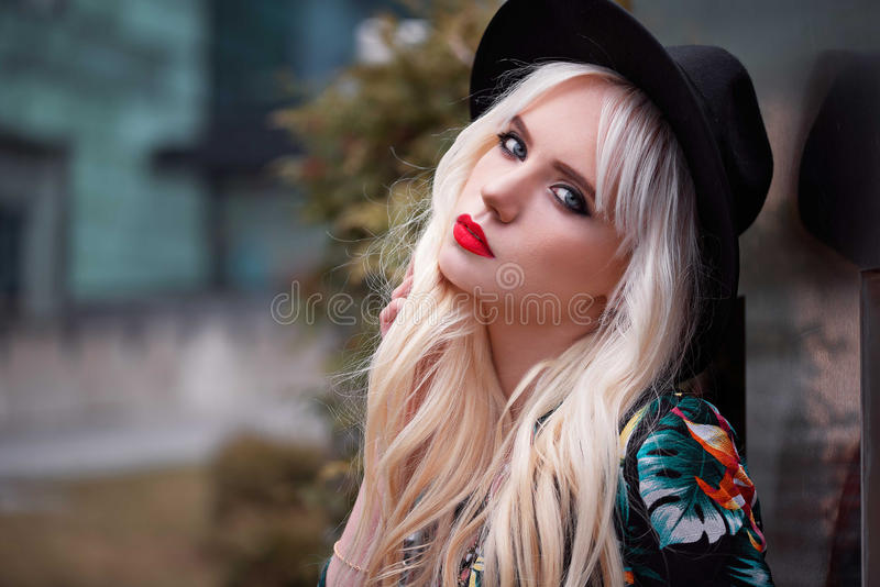 Portrait de femme assez blonde avec le maquillage dehors photos stock