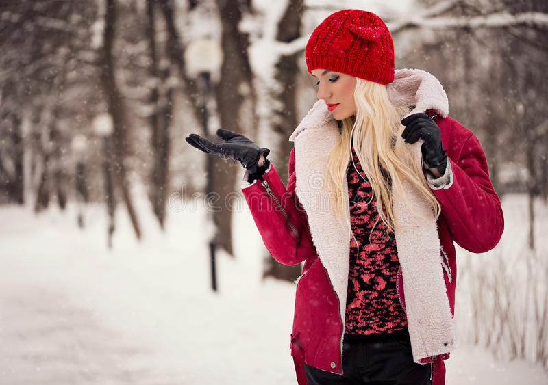 Portrait de femme assez blonde dehors images libres de droits