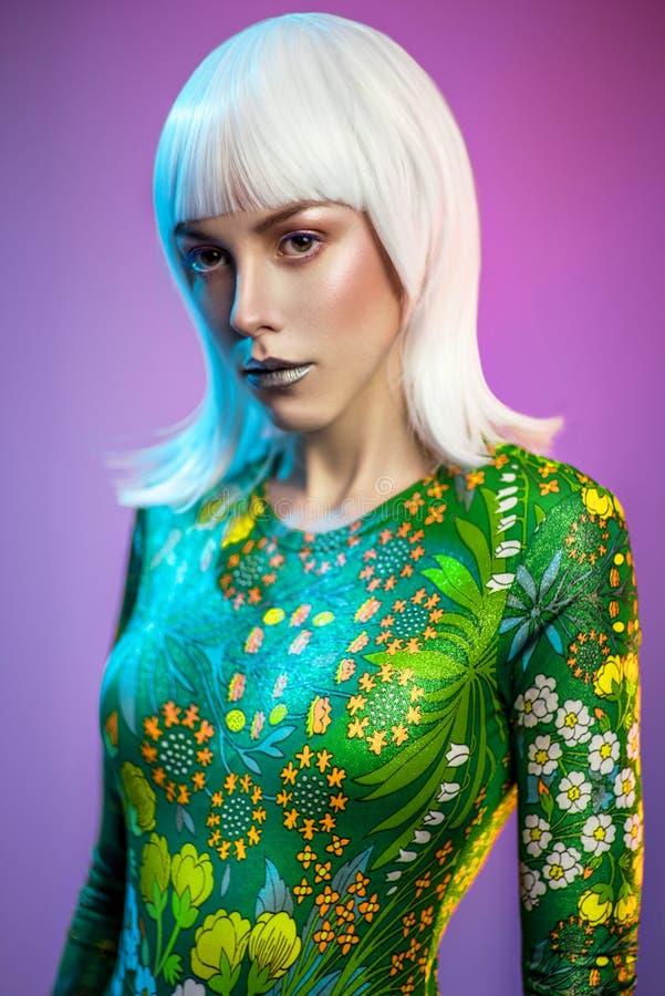 Portrait de femme assez blonde de jeunes images libres de droits