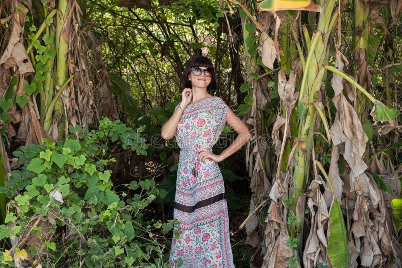 Portrait de femme assez mignonne de jeunes sur le fond vert, nature d'été Belle beauté sexy de fille dans la jungle de photographie stock libre de droits