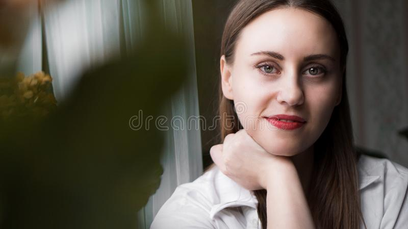 Portrait de femme attirante de brune photo stock