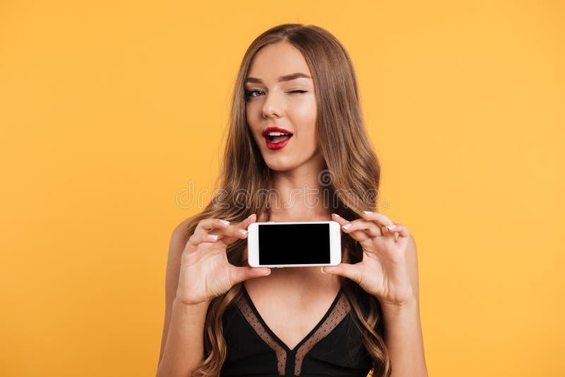 Portrait de femme attirante espiègle dans la robe noire photo libre de droits