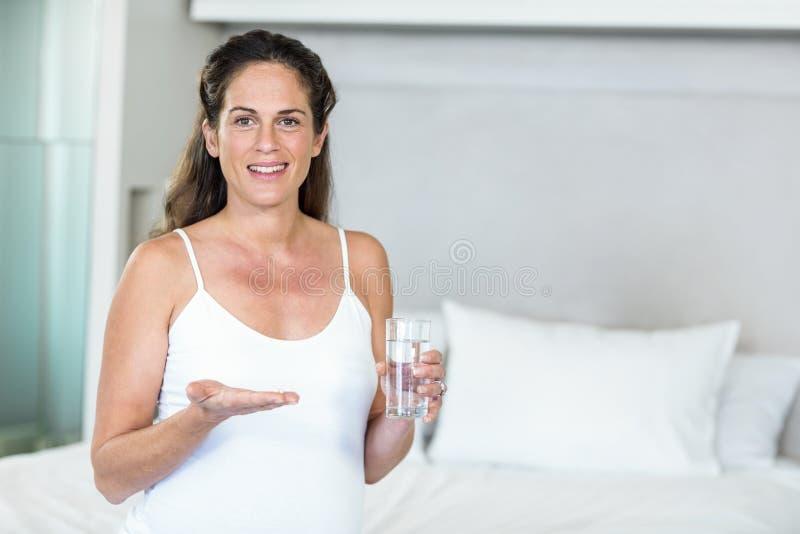 Portrait de femme avec des antibiotiques photos stock