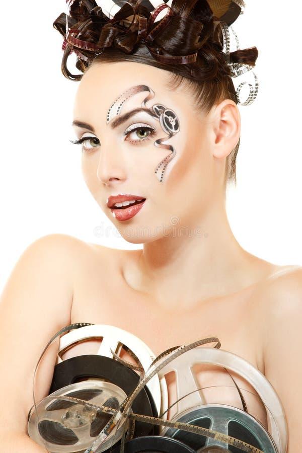 Portrait de femme avec le beau maquillage et les cheveux de film de film d'art photo libre de droits