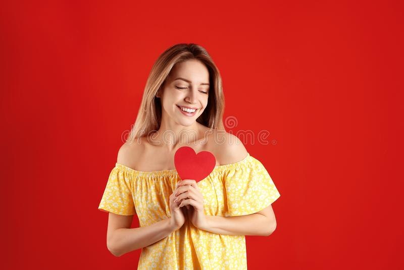 Portrait de femme avec le coeur de papier image libre de droits