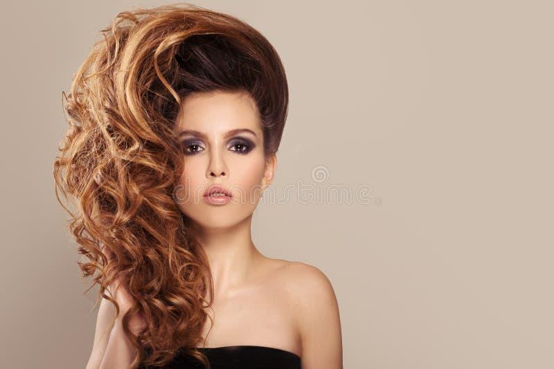 Portrait de femme avec de longs beaux cheveux bouclés de gingembre photographie stock libre de droits