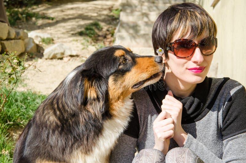 Femme avec son chien image stock
