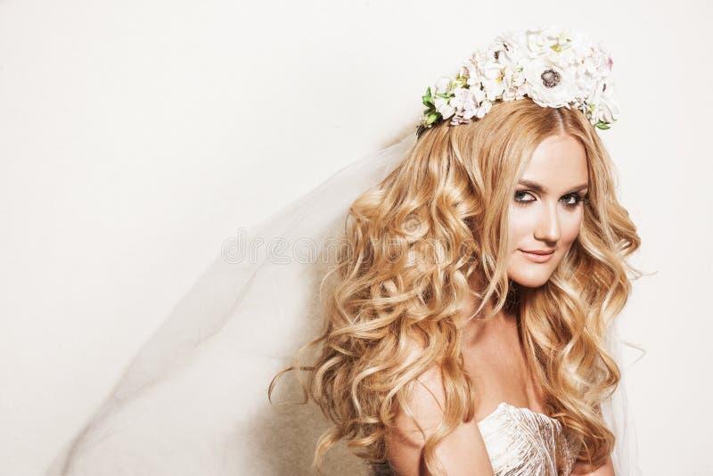 Portrait de femme blonde affectueuse photos stock