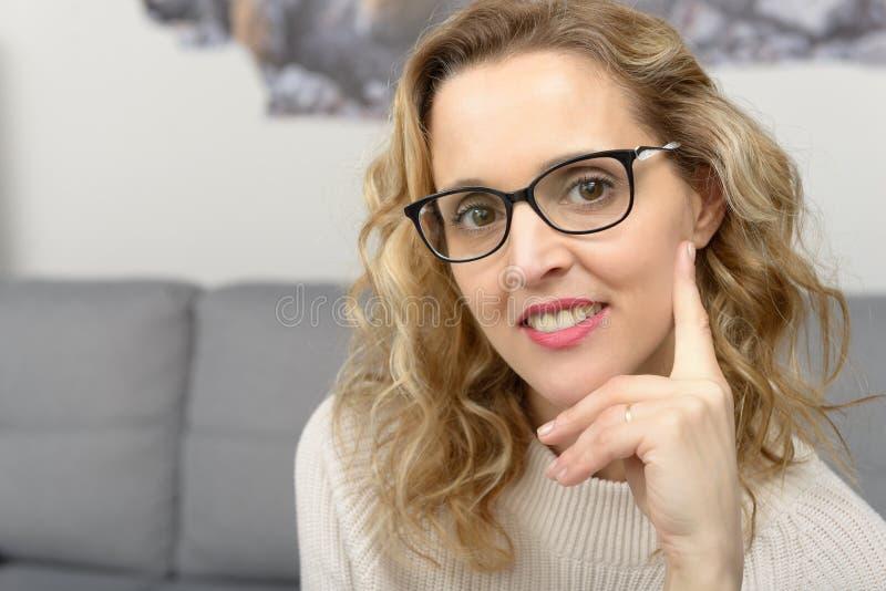 Portrait de femme blonde assez jeune avec des lunettes photo stock