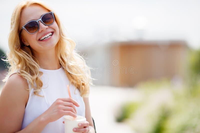 Portrait de femme blonde avec l'espace régénérateur de boissons et de copie photographie stock libre de droits