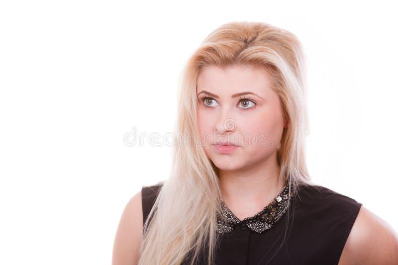 Portrait de femme blonde avec l'expression sérieuse de visage image libre de droits