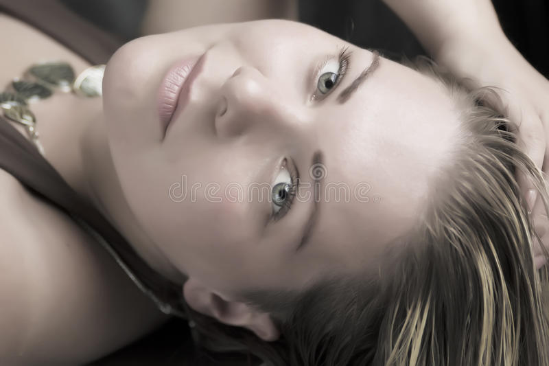 Portrait de femme blonde de beauté sensuelle images stock