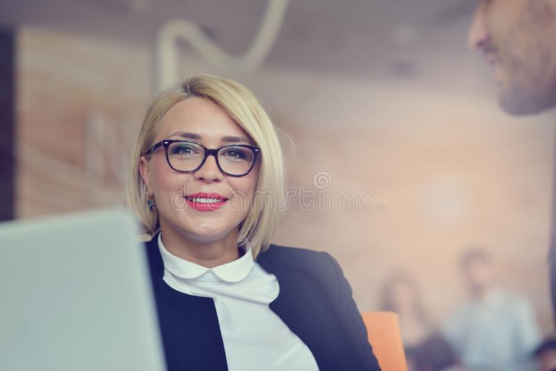 Portrait de femme blonde gaie dans le bureau photos stock