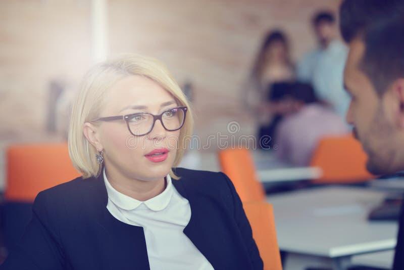 Portrait de femme blonde gaie dans le bureau photographie stock