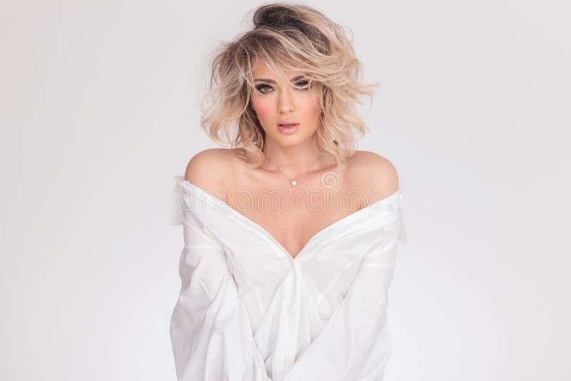 Portrait de femme blonde sensuelle dans les épaules nues photo stock