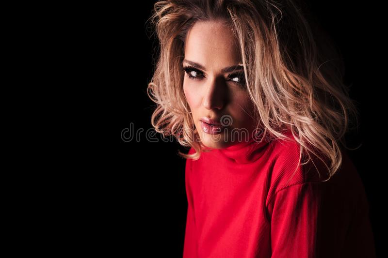 Portrait de femme blonde sensuelle en agrostide blanche photo stock