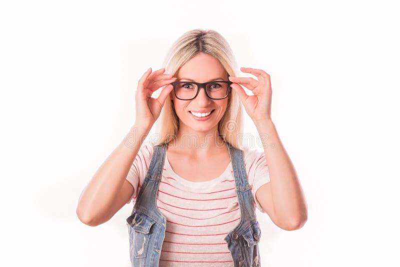 Portrait de femme blonde de sourire de jeunes photos stock