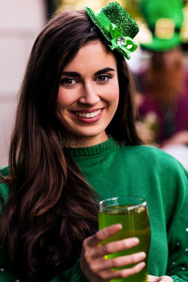 Portrait de femme célébrant le jour de St Patricks photo libre de droits