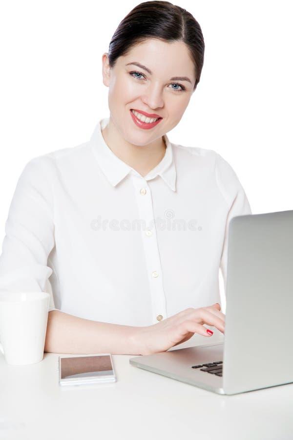 Portrait de femme d'affaires attirante réussie heureuse de brune dans la chemise blanche se reposant avec l'ordinateur portable,  images libres de droits