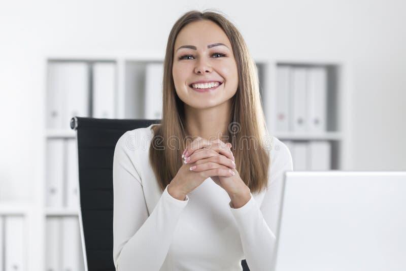 Portrait de femme d'affaires blonde de sourire dans le bureau images libres de droits