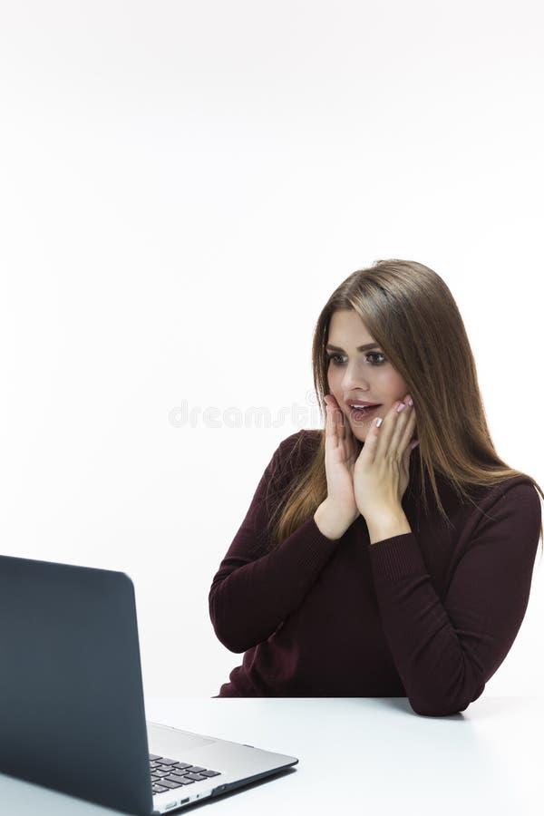 Portrait de femme d'affaires caucasienne étonnée Working With Laptop à l'intérieur Pose dans le chandail de col roulé de Bourgogn photos stock