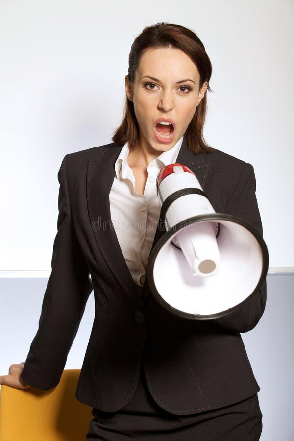 Portrait de femme d'affaires criant par le mégaphone photo libre de droits