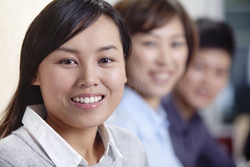 Portrait de femme d'affaires de sourire photographie stock libre de droits