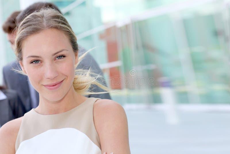 Portrait de femme d'affaires devant le bâtiment moderne photographie stock libre de droits