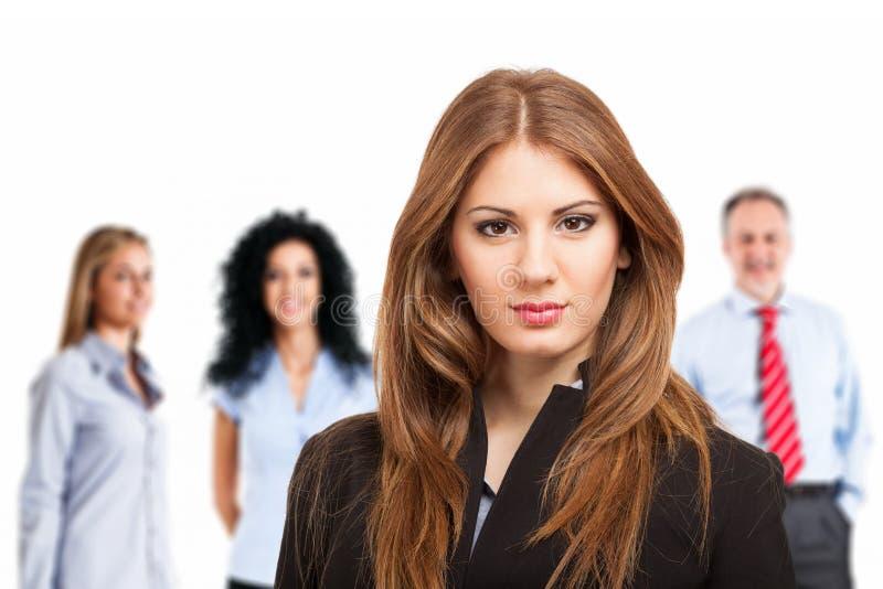 Portrait de femme d'affaires devant son équipe image stock