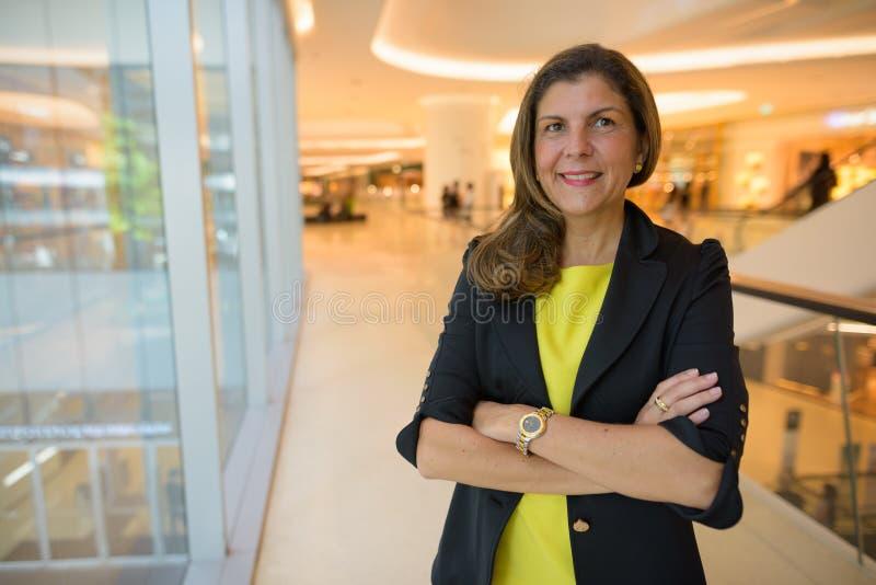 Portrait de femme d'affaires mûre à l'intérieur de centre commercial photos libres de droits
